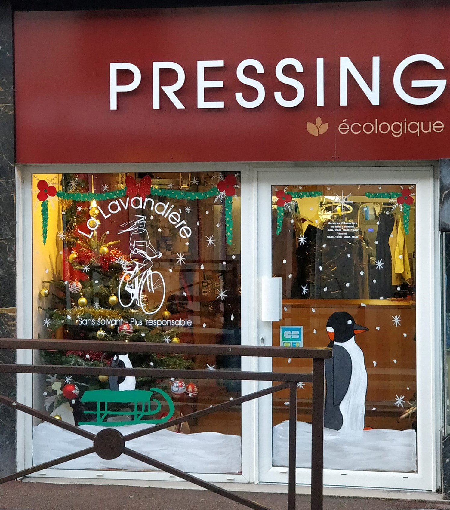 Devanture du pressing décoré pour Noël