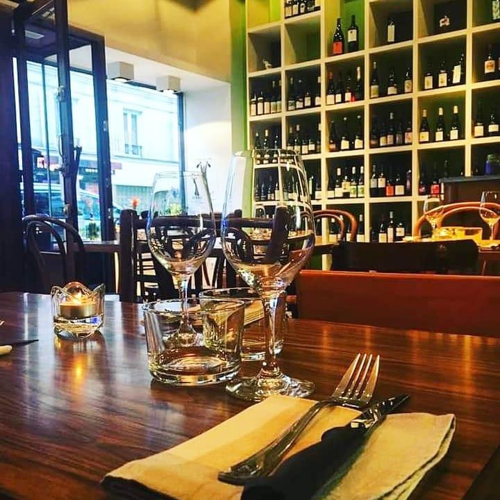 Table au bistrot avec vue sur les vins